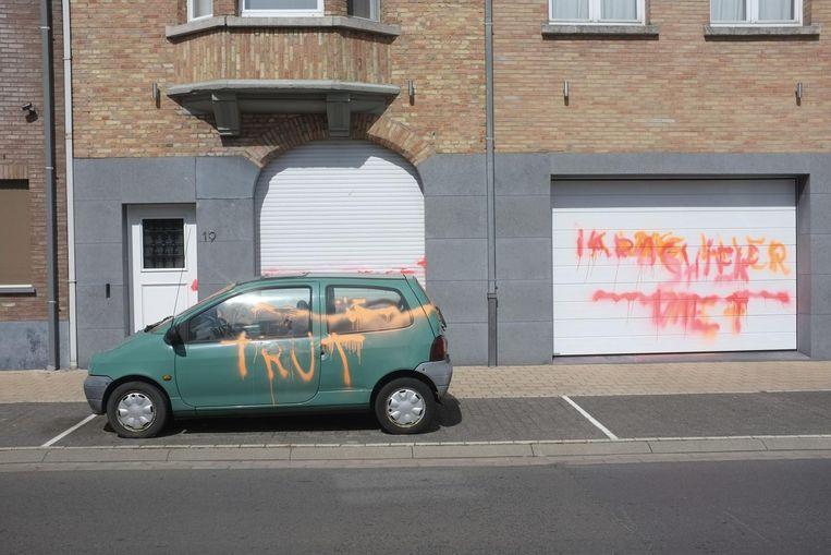 In juli 2015 besmeurde T.D. de auto en de garage van een koppel uit Passendale.
