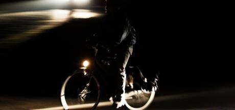 Enschedese politieagent wijst op belang fietsverlichting