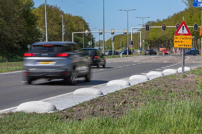 Zeven verkeershobbels langs de IJsselallee moeten bermschade voorkomen. Dit is gevaarlijk voor de verkeerssituatie, zegt verkeerskundige Dolf Roodenburg.