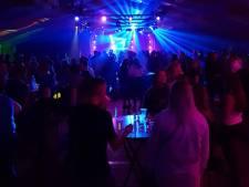 Jongeren vernielen en stelen uit feesttent in Haaften