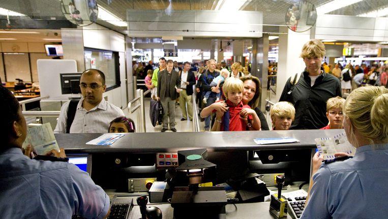 Naast de traditionele paspoortcontrole, moeten reizigers op Schiphol over twee jaar ook simpelweg alle controles kunnen passeren door hun gezicht te laten zien Beeld anp