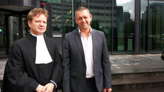 Voormalig jongensprostituee Bart van Well (rechts) met zijn advocaat Martin de Witte voor de rechtbank in Amsterdam