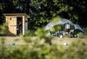 Een houten huisje met prive-sanitair bij de kampeerplek op camping de Solse Berg. Om te voldoen aan de coronaregels zijn er huisjes met toilet en zonnedouche geplaatst.