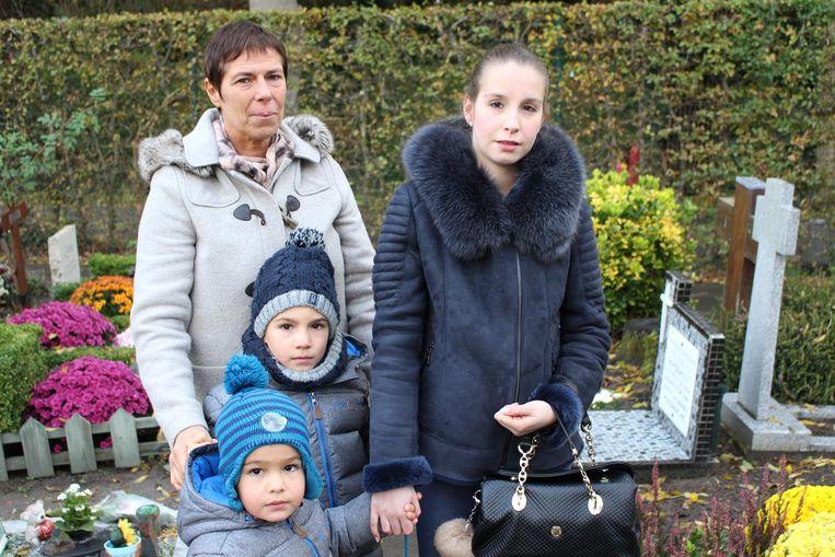 Bernadette Osaer met haar schoondochter Kimberley en kleinkinderen Milan en Jarne.