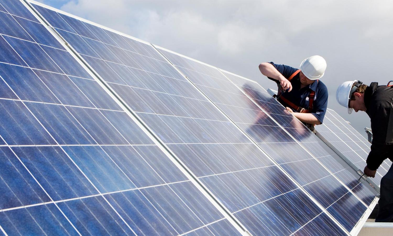 Zonnepanelen op het dak, zorgen voor extra gemeentelijke belasting. Niet eerlijk, stelt de Zwolse VVD.