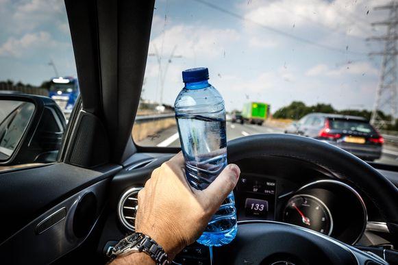 Neem altijd voldoende drinken mee in de auto.