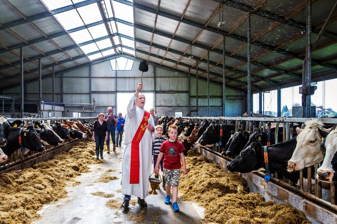 """Pastoor André van Aarle van parochie Heilige Franciscus zegent regelmatig dieren. Hij spoedde zich maandagmiddag naar de kerkbrand  in Hoogmade. ,,Het doet me denken aan de brand eerder dit jaar in de Notre Dame"""", zegt de geestelijke."""