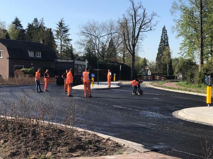 De laatste werkzaamheden bij de aansluiting randweg Heeze op de Leenderweg