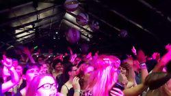 VIDEO: Publiek gaat uit zijn dak voor schlagerzangeres Lindsay op Pukkelpop