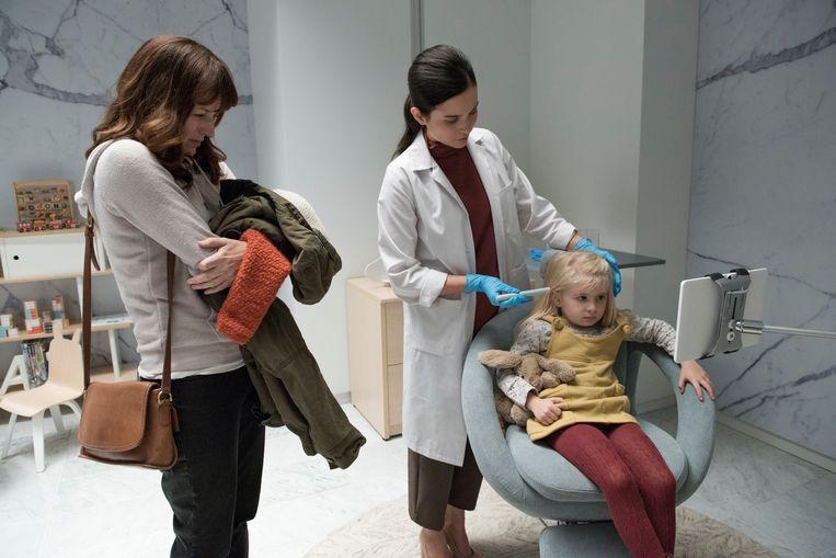 Scène uit een aflevering van tv-serie 'Black Mirror', waarbij een kind een chip geïmplanteerd krijgt  zodat haar ouders haar kunnen volgen. Beeld AP