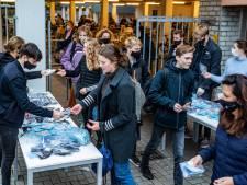 Ouders delen honderden mondkapjes uit op Deventer school op eerste dag na de herfstvakantie