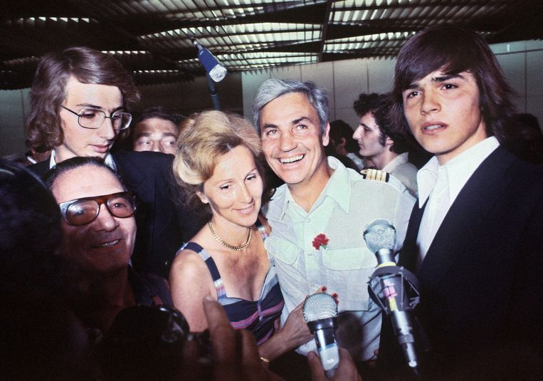 Michel Bacos wordt na de gijzeling door zijn vrouw verwelkomd op de luchthaven van Orly in Parijs.