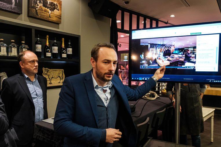 Initiatiefnemers Dries Vanstraelen en Pascal Antheunis van Njomly testen de livestream in The Butcher's Shop in Hove.