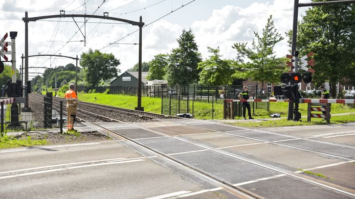Auto botst tegen trein in Rijen