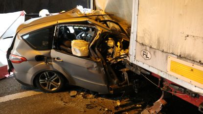 Man overleeft crash tegen geparkeerde oplegger niet