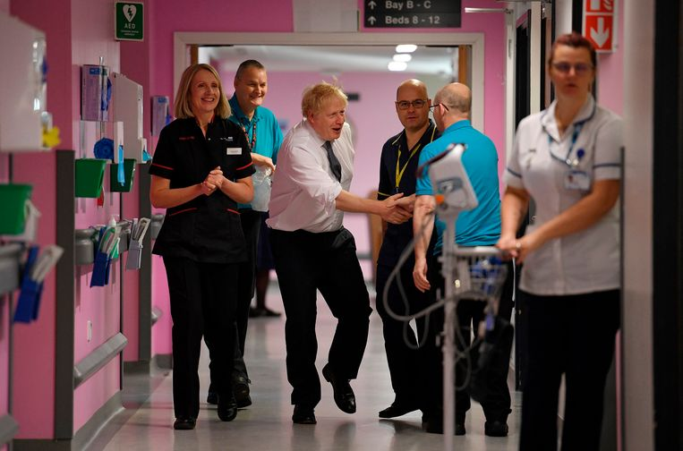 Johnson begroet het personeel van het King's Mill Hospital tijdens een campagnebezoek in Mansfield, Noord-Engeland.
