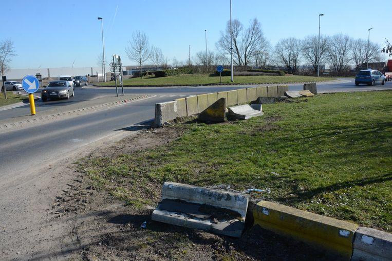 De betonblokken die dienen als vangrail liggen schots en scheef. In het donker vormen ze een onverwacht obstakel voor automobilisten.