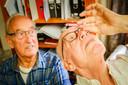 Appie en Evert (rechts) laten zien hoe hun 'druppelbril' werkt.