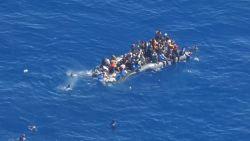Dramatische beelden tonen hoe bootvluchtelingen zich proberen te redden uit zinkend rubberbootje