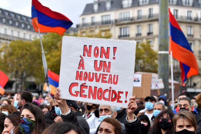 Duizenden leden van de Armeense gemeenschap in Frankrijk trokken zondag de straat op in Parijs om te demonstreren na het oplaaiend geweld in Nagorno-Karabach.