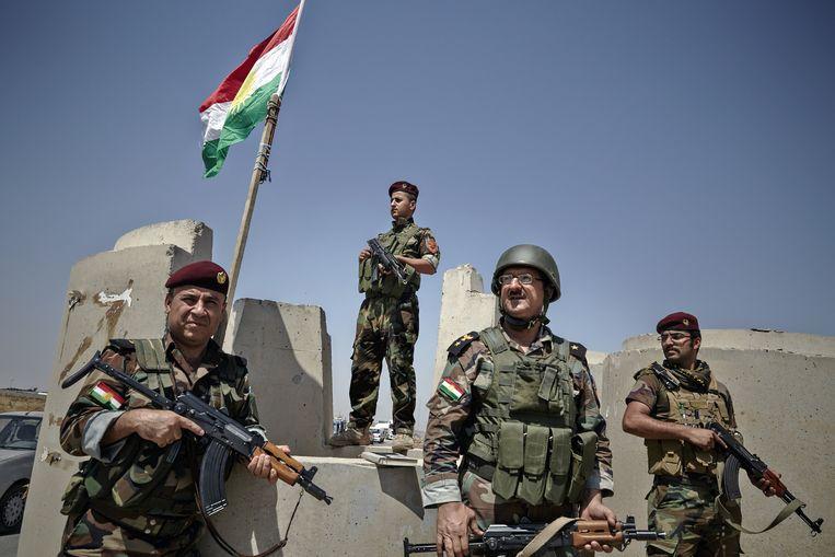 Koerdische militairen - de peshmerga - in het noorden van Irak bewaken een controlepost buiten de stad Mosoel. Beeld getty