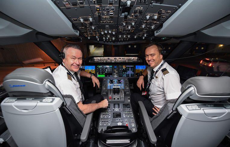 Piloten Sean Golding (L) en Jeremy Sutherland in de cockpit van de Qantas Boeing 787 Dreamliner voor aanvang van de vlucht.