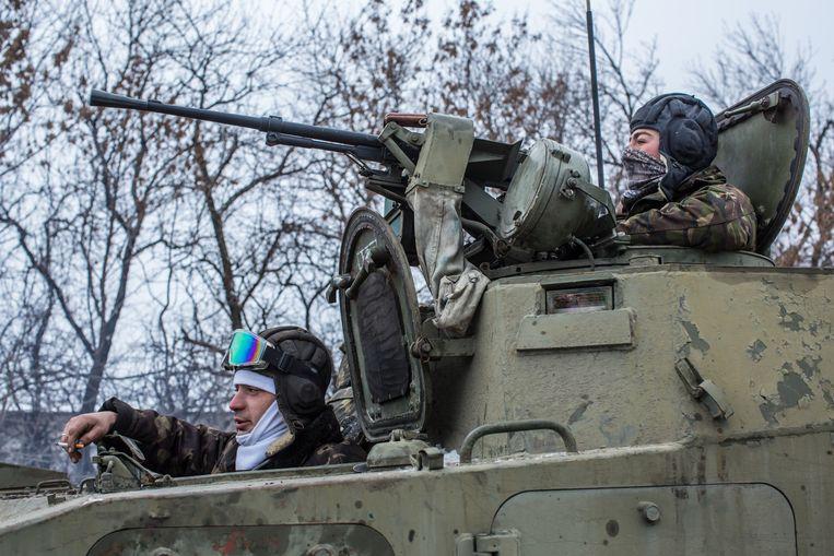 Oekraïense soldaten rijden in de richting van Debaltseve. Beeld getty
