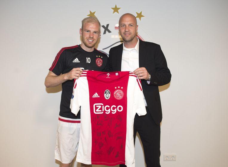 Aanvoerder Davy Klaassen overhandigde de zoon van Cruijff een speciaal Ajaxshirt. Beeld Ajaximages