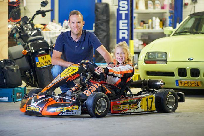 Bobbi en haar vader Erwin Houbraken bij een kart in hun werkplaats in Uden.