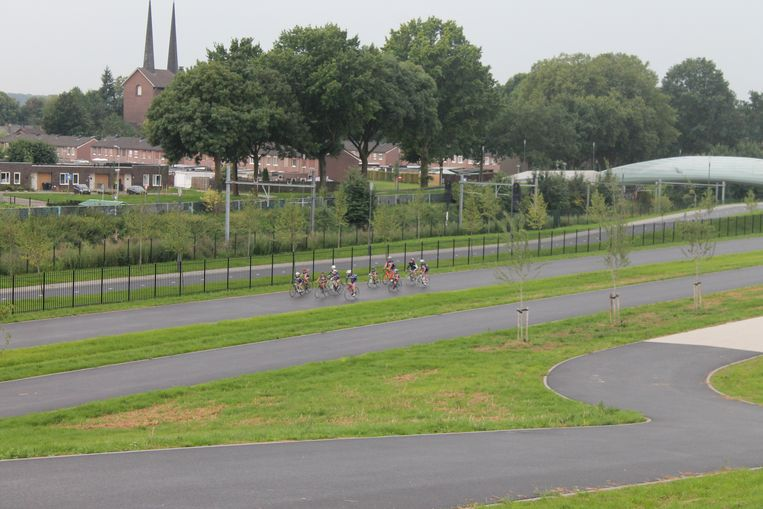 Het wielerteam, hier op bezoek in het Tom Dumoulin Park in Sittard.