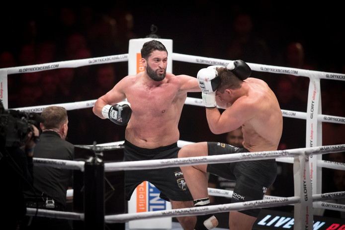 Jamal Ben Saddik (links) in gevecht met Rico Verhoeven.