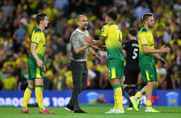 Pep Guardiola feliciteert de Norwich-spelers.