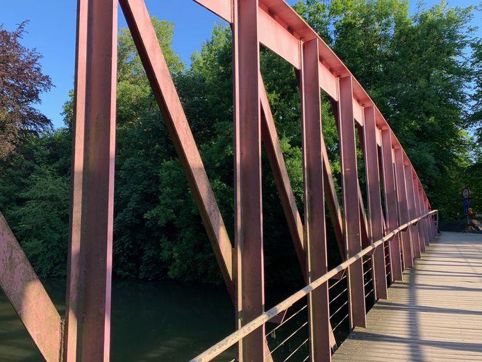 De rode IJsputbrug tussen het Minnewaterpark en Vestibuleplein.