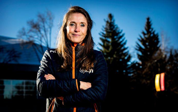 Yvonne van Gennip voor de Olympic Oval in Calgary.
