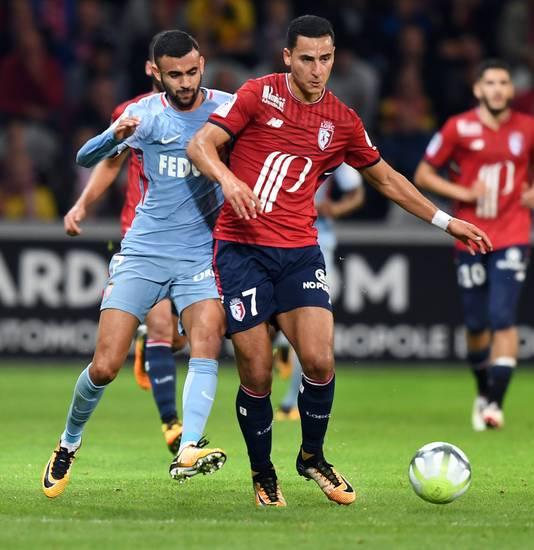 Anwar El Ghazi namens Lille in duel met AS Monaco-aanvaller Rachid Ghezzal op 22 september 2017.