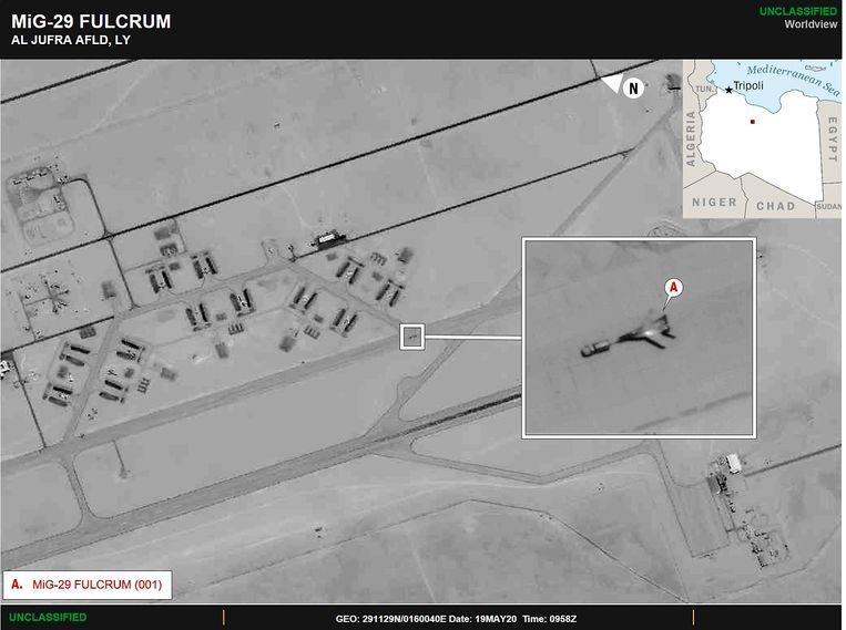 Een door het Amerikaanse leger verspreide foto waarop gevechtstoestellen van Russische makelij te zien zijn op de al-Jufra luchtmachtbasis bij Sirte in Libië. Volgens de VS gaat het om toestellen die Moskou heeft gestuurd om de Libische krijgsheer Haftar te helpen. Beeld AFP