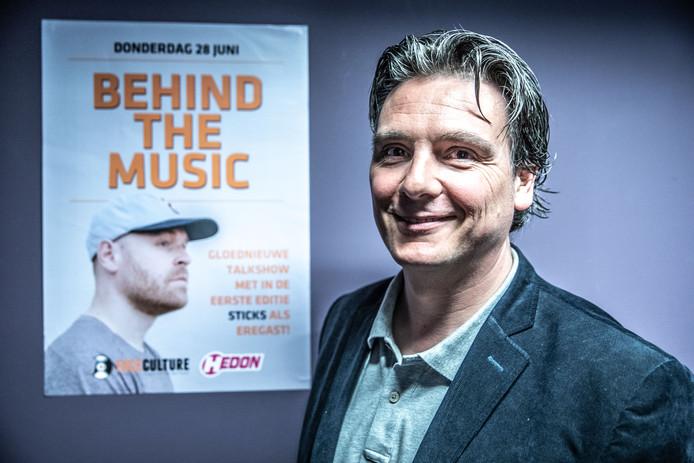 Host Martin Kuipers bij het aanplakbiljet voor de eerste editie van zijn interactieve talkshow waarin Junte Uiterwijk (Sticks) de hoofdgast was.