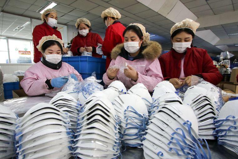 Mondkapjesfabriek in Handan, in de Chinese provincie Hebei. Beeld AFP