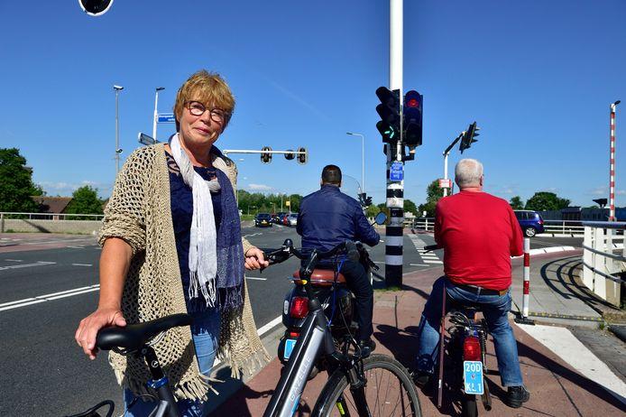 Hanneke Leroux bij een van de verkeerslichten bij de Haastrechtsebrug. Fietsers moeten hier extreem lang wachten en staan elkaar in de weg.