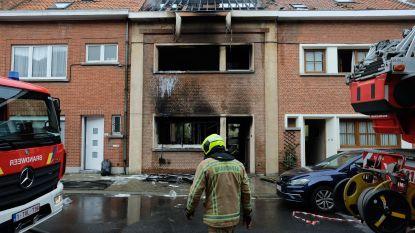 Brand legt woning volledig in de as: man springt van dak met zware brandwonden