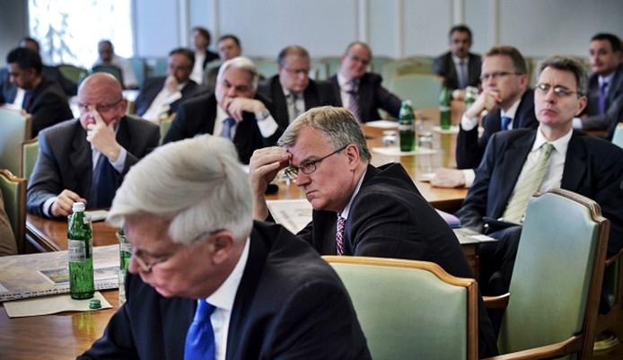 De bijeenkomst met op de voorgrond van links naar rechts: de ambassadeurs van Duitsland, Groot-Brittannië en de Verenigde Staten.