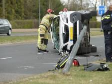 Auto over de kop in Deventer; bestuurder komt met schrik vrij