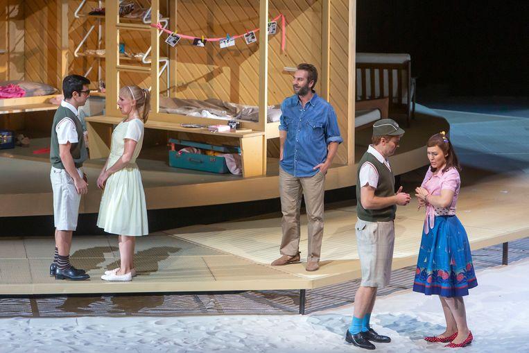 Mozarts 'Così fan tutte' bij De Nationale Opera. Met in het midden Thomas Oliemans als Don Alfonso. Beeld Hans van den Bogaard, DNO