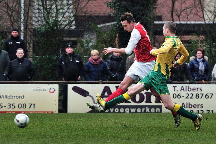 Rood-Wit-speler Boy van Steen in duel met Dave Voermans van Rijen.