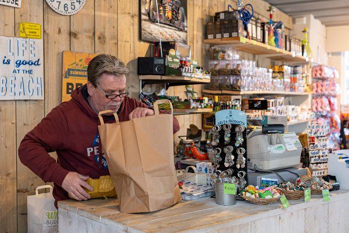 """Peter Berrevoets in één van zijn drie souvenirshops in Renesse. Tot zaterdag was hij open. Vanaf morgen is hij voor onbepaalde tijd dicht. Met zijn huurbaas (,,Ik heb gelukkig een heel schappelijke huurbaas"""") heeft hij een huurprijsverlaging kunnen afspreken."""