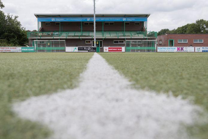 Het tribunegebouw van voetbalclub VV Heino.