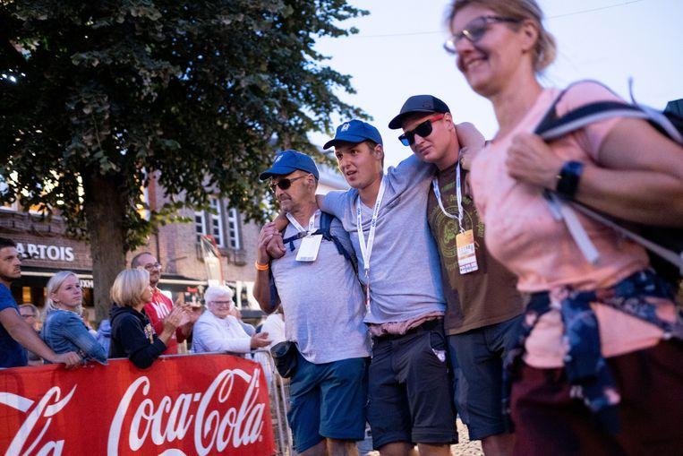 Met steun van medewandelaars stappen de deelnemers de laatste 500 meter in de Boomstraat.