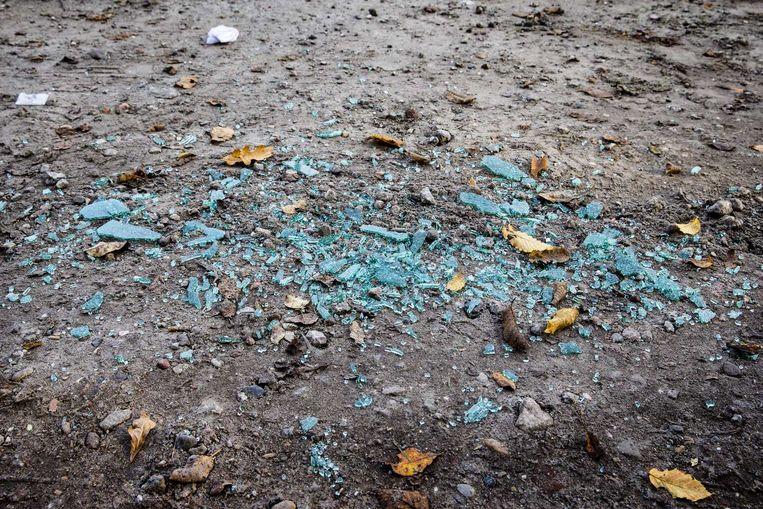Glasscherven afkomstig van de dienstauto van de belaagde ambtenaar. Beeld anp