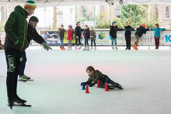 Vrijdagmiddag kan oud en jong voor het eerst op het ijs van Winter Village Oisterwijk.