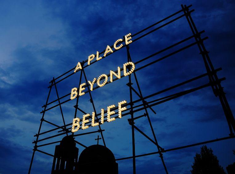 In de tentoonstelling 'Allemaal Wonderen' is dit werk 'A place beyond belief' te zien van de Schotse Studio Nathan Coley Beeld Nathan Coley